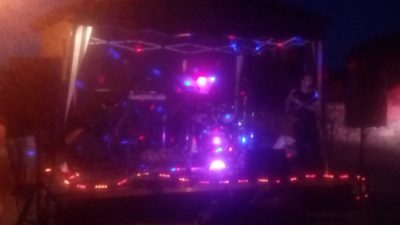 grupo en escenario en fiesta de prado